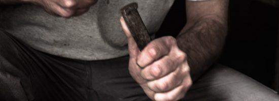 Labrante realizando junta a maceta y escoplo, para enderezar la piedra y labrar una losa de piedra.