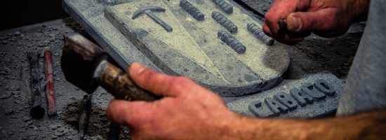 Labrante realizando los últimos retoques a un escudo en piedra de Arucas