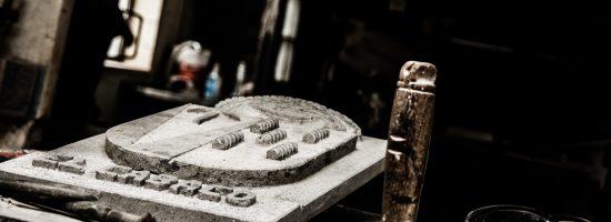 Escudo tallado a mano por labrante de Arucas
